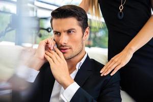Geschäftsmann am Telefon sprechen foto