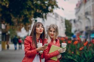 Mädchen mit Telefon foto