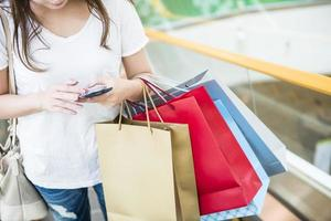 glückliche Frauen, die Einkaufstaschen halten foto