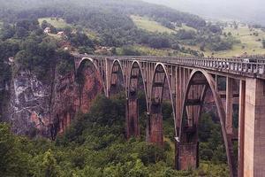 Brücke in den Bergen Nebelwolken Regen foto