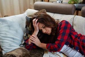 Nahaufnahmeporträt der Frau mit Kopfschmerzen