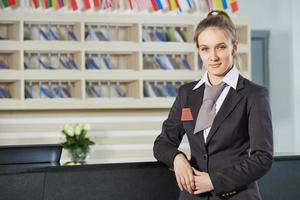 Hotelmanager an der Rezeption foto