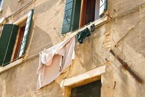 Unterwäsche auf Wäscheleine zum Trocknen außerhalb des italienischen Hauses foto