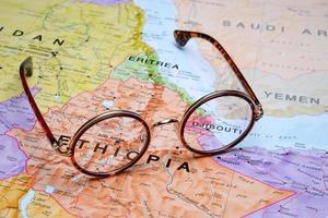 Brille auf einer Karte - Addis Abeba foto