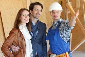 Vorarbeiter zeigt neues Haus foto