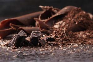 dunkle Schokoladenspäne und bestreutes Kakaopulver foto
