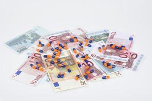 Euro-Banknoten und Pillen foto