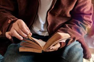 Mann liest ein Buch. foto