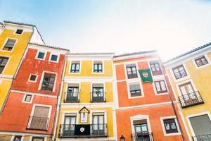 atemberaubende Aussicht auf bunte Häuser in Cuenca, Spanien foto