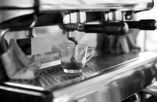 Kaffeemaschine macht einen frischen Kaffee