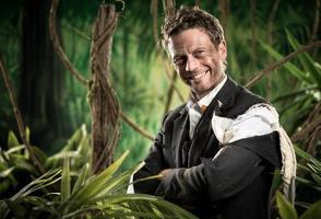lächelnder Geschäftsmann im Geschäftsdschungel