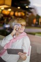 glücklicher junger Manager hinter Glas anrufen foto
