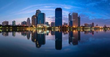 Skyline der Stadt Bangkok bei Nachtpanorama foto