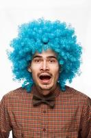 lustiges Porträt eines Mannes mit Emotion auf ihrem Gesicht foto