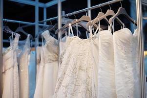 einige schöne Brautkleider foto