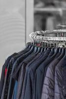 schwarze Kleidung in einem Geschäft foto