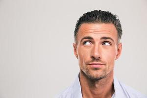 gutaussehender Mann, der auf copyspace wegschaut foto