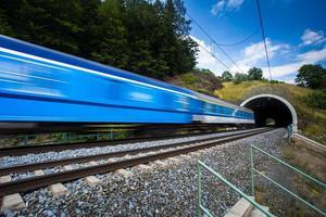 Zug fährt durch einen Tunnel