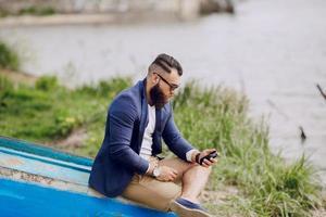 bärtiger Mann auf dem Boot foto