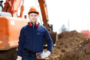 Porträt eines Arbeiters auf einer Baustelle foto