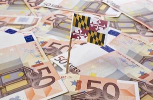 Flagge von Maryland, die in 50-Euro-Banknoten steckt. (Serie) foto