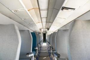 Innenraum eines Flugzeugs mit vielen Sitzen foto