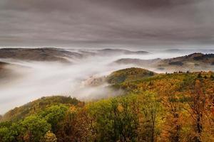 Nebel über einem Tal 5 foto