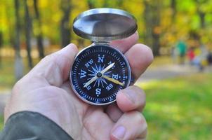 Kompass in der Hand. foto