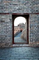 große Mauer vor der Tür und die Tür foto