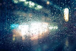 Bokeh defokussierter Hintergrund der Stadt, die Licht und Nacht regnet foto