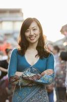 Porträt der lächelnden mittleren erwachsenen Frau in Houhai, Peking foto
