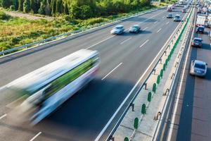 Autos in Bewegung verschwimmen auf der Autobahn, Peking China foto