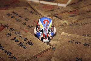 Peking Opernmaske auf alten Büchern foto