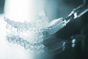 Unsichtbare Zahnzahnbrackets richten Halterungen und Zahnbürsten aus foto