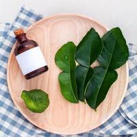 alternative Gesundheitsversorgung frische Kaffir Limettenblätter und Öle foto