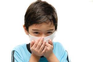kleiner Junge mit Gesundheitsmaske schützen auf weißem Hintergrund foto