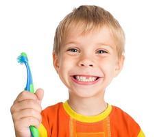 Junge ohne Zähne mit Zahnbürste foto