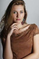 Porträt des jungen Mädchens von 25 Jahren foto