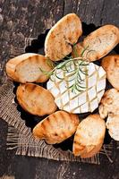 gebackener Camembertkäse mit Rosmarin foto