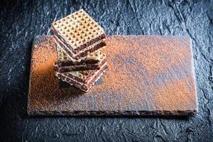 hausgemachte Waffeln mit Schokolade und Haselnuss auf Steinplatte