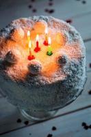 brannte Kerzen auf dem Kuchen Kokosnuss foto
