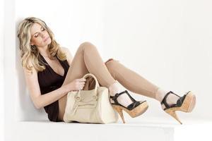 Frau in Sommerkleidung foto