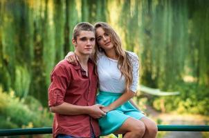 Porträt eines Paares gegen grünen Park foto