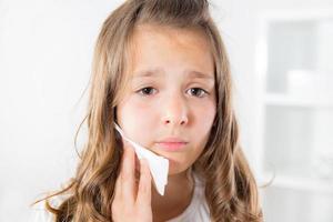 Mädchen mit Zahnschmerzen foto