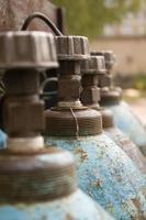 Nahaufnahme von blauen Gasflaschen foto