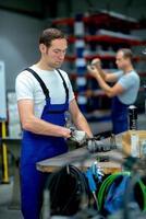 Mann wokring in einer Fabrik foto