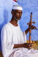 nubischer Mann, der einen Rebab in Südägypten spielt foto