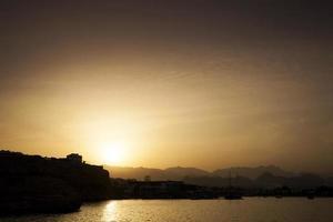 Sonnenuntergang an der Küste Ägyptens in der Nähe von Sharm