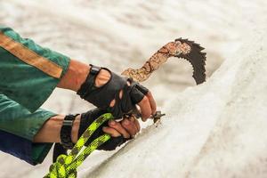 der Kletterer montiert Bohrer in Eis foto