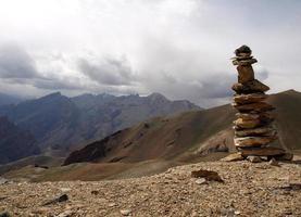 Steinhaufenmarkierungspfad in den Bergen foto